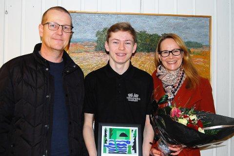 VIKTIGE STØTTESPILLERE: Pappa Dag Inge Myrseth (t.v.) og mamma Elisabeth Pettersen har vært viktige støttespillere i juniors motorsportkarriere, og gledet seg stort over hedersbevisningen sønnen fikk.