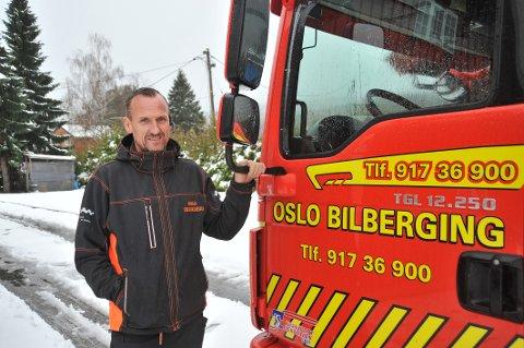 – BLI HJEMME: Bilberger Trond Steen har vært på jobb siden i natt og hatt rundt 15 oppdrag. Han advarer mot dårlig måkte veier og vanskelige kjøreforhold.