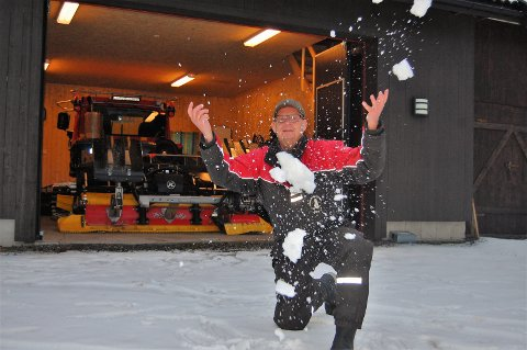 KJENN – DET ER SNØ: Det første besøk av vinteren ga ingen mulighet til å kjøre løypemaskinen ut av garasjen ved Garsjøen for Kut Katralen og Mangenfjellet turlag. – Vi fikk i det minste lov til å hilse på Kong Vinter et lite øyeblikk, sier Katralen som i stedet leker litt med det som er turlagets hvite gull.