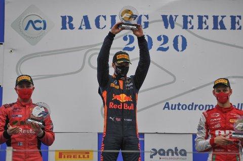 NYMILEPÆL: Her jubler Dennis Hauger over sin første seier i Formel 3. Nå gå alt mot at han får en plass i det desidert beste Formel3-teamet, italienske Prema Racing, kommende sesong.