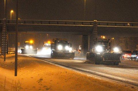 UTE OG BRØYTER: Både tirsdag og onsdag kommer snøen tilbake til Romerike. Det kan skape utfordringer for bilistene onsdag morgen.