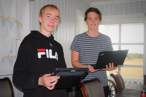 UNGE INSTRUKTØRER: Niklas Over-Rein (t.v.) og Simon Torvund er to unge instruktører, men de har begge vært med i kodeklubben tidligere. Nå håper de å finne en plass å være. Foto: Øivind Eriksen