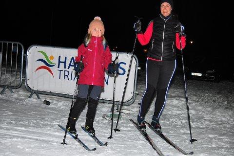 ENDELIG!: Julie Hedum på ni år fra Aurskog stråler. Endelig er det klart for årets første skitur. Den gikk sammen med mamma Ingunn i lysløypa i Aurskog Golfpark tirsdag kveld.