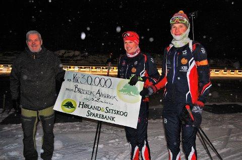 STÅ PÅ VIDERE: - Fet skiklubb har fostret mange gode skiløpere. Fortsett den gode jobben dere har gjort og lykke til videre, sa banksjef Johan Sigurd Bjørknes (t.v.) til brødrene Daniel (i midten) og Espen Aakervik da han overrakte dem bankens idrettsstipend for 2020. Foto: Øivind Eriksen