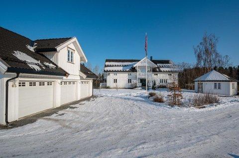 GARASJE OG GRILLHYTTE: Trippelgarasje og grillhytte følger med kjøpet for den som kjøper Arne Nygaard og Bente Haugers hus i Langbråtaveien på Finstadbru. Eiendommen har en verditakst på 13,1 millioner kroner.