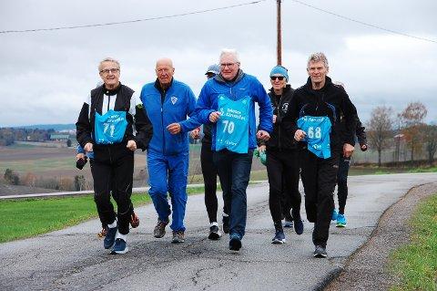 Som seg hør og bør for en som har fått norsk friidretts høyeste utmerkelse for sin innsats som maraton- og langdistanseløper, var det naturlig at Øyvind Dahl (startnr. 70) løp seg inn i 70-årene da han passerte denne milepæl forleden. Han ble gitt god pace av sine  mest trofaste treningskamerater gjennom karrieren, Ivar Egeberg (t.v.) og Steinar Gressløs (t.h.), Leif Hestvik i (helblått) og Lars Tallhaug henger på i dragsuget. Foto: Øivind Eriksen