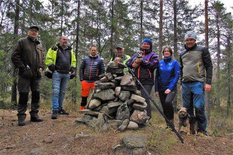 NYTT TÅRN. For 96 år siden ble det reist brannvarslingstårn på Hølands varde. Dette er for lengst revet, men nå lanserer Høland IUL planer om et nytt tårn som et turistmål på stedet. Martin Glomnes i Vindveggen Arkitekter AS (t.h.), Bjørg Lunder i Høland IULs skigruppe, Hilde Endresen, grunneier Kristen Seierstad, Bjørn Ottesen, daglig leder i Høland IUL, Øystein Høgseth og Svein Fossbråten. Foto: Øivind Eriksen