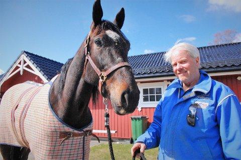 DAGENS FLAGGSKIP: Vitro Diablo, hentet fra Sverige, er Erik Killingmos flaggskip for tiden. Her koser de to seg i vårlufta hjemme på Killingmo gård på Finstadbru.