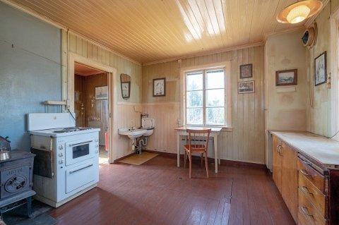 SOLGT: Inne er mye av det opprinnelige beholdt, både panel, dører, vinduer, utslagsvask, svartovn og kjøkkenbenk. Nå er boligen på Hemnes solgt for 1.455.000 kroner, 255.000 kroner over takst.