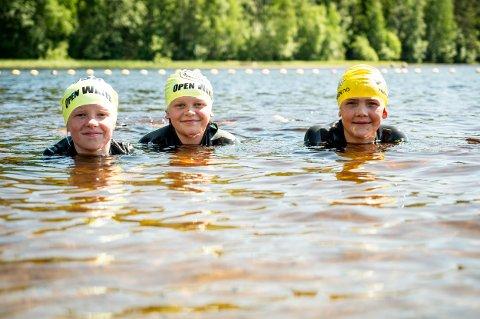 LEK I VANN: Elida Halten Løken (t.v.), Lotta Fjell Jensen og Liam Johannes Jupskås var godt fornøyd med undervisningsopplegget på Hvalstjern.
