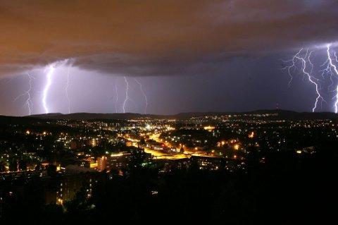 LYN OG TORDEN: Tirsdag kan deler av Østlandet få noen runder med lyn og torden, dersom værvarselet slår til.