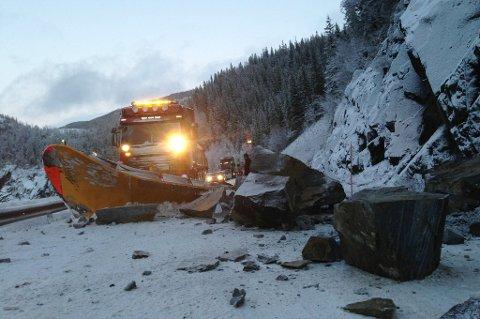 STEINRAS: Slik så det ut da flere steinblokker raste ut i veibanen sør for Mosjøen i 2014.