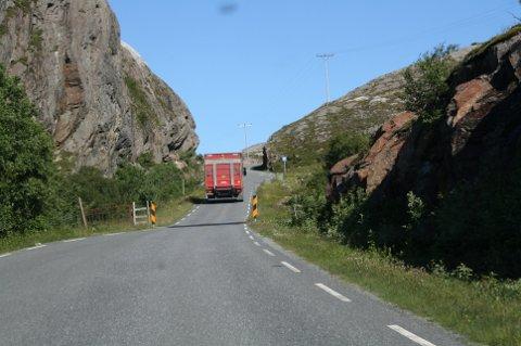 STØTTE: Fylkesvei 828 Herøy - Dønna får til sammen 20 millioner kroner i støtte til utbygging. (Arkivbilde)