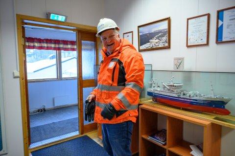 SMIL: Arnt Jakobsen, direktør ved Slipen Mekaniske, tar mer enn gjerne iSandnessjøens journalist med på en rundtur på verftet innerst i havnebassenget.