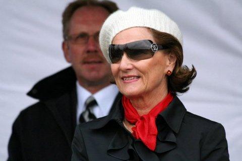 Dronning Sonja er svært glad i Helgeland og la mandag oppankret like utenfor Sanna i Træna.