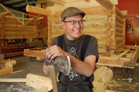 LÆRERIKT ÅR: Mathias Wold frå Nærbø har lenge vore interessert i eldre handverk. Difor reiste han sist haust til Hjerleid på Dovre for å lære byggteknikk med vekt på tradisjonshandverk.