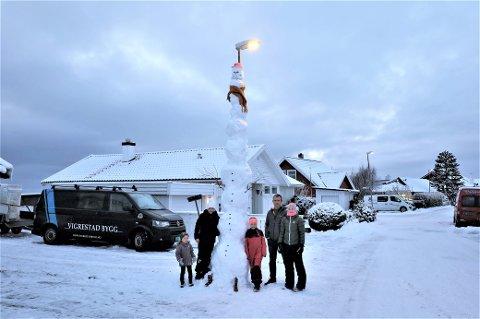 HØG: I konkurransen med naboane var det familien Auestad som trakk det lengste strået. Genistreken med å lena snømannen inntil lyktestolpen, var det Liv Auestad (i midten) som kom på.