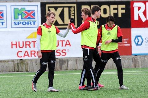 3-0: Joacim Holtan (til venstre.) gratuleres etter sin andre scoring av Vegard Aasen (f.v.), Daniel Karlsbakk og Sixten Jensen.