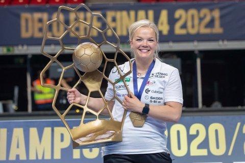 GULLGLISET: Malin Sunnanå kunne smile fra øre til øre etter at Vipers Kristiansand tok Champions League-seieren i Budapest. Sunnanå bekler en viktig rolle som fysioterapeut på laget.