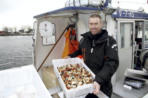 Godt nytt år! Etter bare en halvtime ved bryggekanten var det tomt. – 50 kilo torsk, 10-15 kilo sei og kolje, krabber og 8-10 kilo sjøkreps. Det er tydelig at mange vil ha noe lettere enn ribbe og pinnekjøtt til nyttårsfeiringen, sier fisker Kjetil Andersen. Foto: Pål Nordby