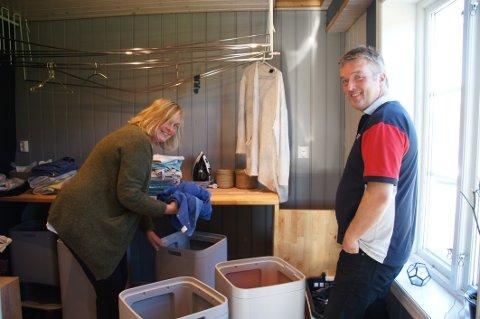 MARERITTET: Vaskerommet var Anette og Thorolf Kalagers mareritt. Med nytt system slipper de å sortere klærne i hauger på gulvet.