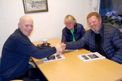 GODT MOTTATT: Ordfører Alf Johan Svele fikk fredag besøk av Karin Østby og Terje Svanevik.