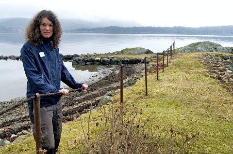 MÅ BORT: Kristin S. Fredheim i Forum for natur og friluftsliv står ved et av gjerdene som er stridens kjerne. ARKIVFOTO: LARS IVAR HORDNES