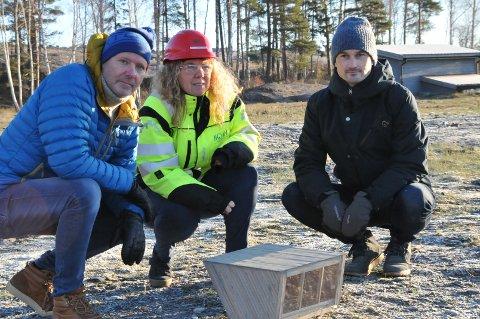 PÅ BEFARING: Rådgiverne Kristian Ingdal og Bård Andresen (til v.) fra Vestfold fylkeskommune var nylig på befaring på Langøya. med fungerende deponisjef Ann-Cathrin Stridal. Foran en modell av den påtenkte padlehuken.