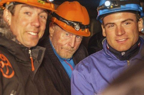 Fyller 80 år i dag: Robert Hermansen runder 80 år. Her besøker han gruvene i Sulitjelma sammen med langrennsløperne Eldar Rønning (tv) og Niklas Dyrhaung (th) i forbindelse med Kobberløpet i 2016. Foto: Anders Lea Karlskås