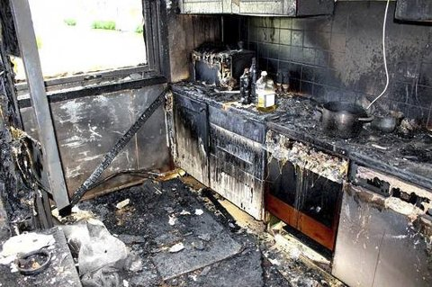 Skrekkeksempel fra kjøkken: Slik kan det se ut etter en brann på et kjøkken. Komfyrvakt kan redde situasjonen før den oppstår. Foto: Tryg Forsikring