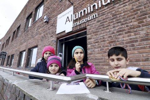 Løste oppgaver: Fra venstre: Mais Allkalas Alhalabi, Rimas Allkalas Alhalabi, Yara Emad Alomar og Bangin Samo gikk «skiløypa» i museet før det løste oppgaver om aluminium. Foto: Pål Nordby