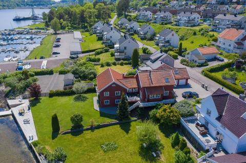 BYENS DYRESTE: Denne strandeiendommen i Hagemannsveien i Holmestrand er lagt ut med en prisantydning på 18 millioner kroner.