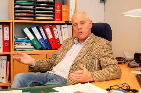VERT: Olav Bjørnli tar imot besøk fra skogekspertise under møtet ved Øksne tirsdag kveld.