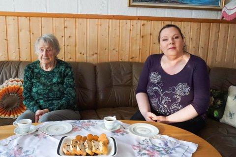 """KAFFESLABERAS: Theodora """"Lisken"""" Griff Normann (91) og Conny Michelle Vang fra Hverdagshjelpen utveksler historier og drikker kaffe."""
