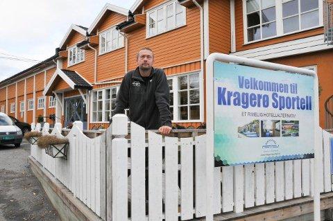 TOK IMOT: Natt til lørdag tok Wieger van Brunschot ved Kragerø sportell imot 110 flyktninger.