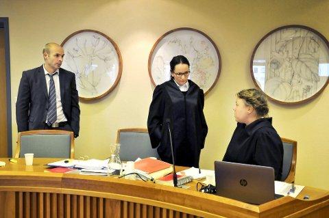 ALVORLIG SAK: Advokatene Marius Haugstoga og Line Jacobsen Vestengen var to av bistandsadvokatene i saken, hvor politiadvokat Guro Siljan (sittende) ved Telemark politidistrikt var aktor.