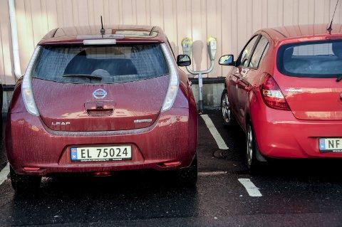 Slipper ikke unna: Elbiler må nå betale parkeringsavgift på like linje med bensin- og dieselbiler.