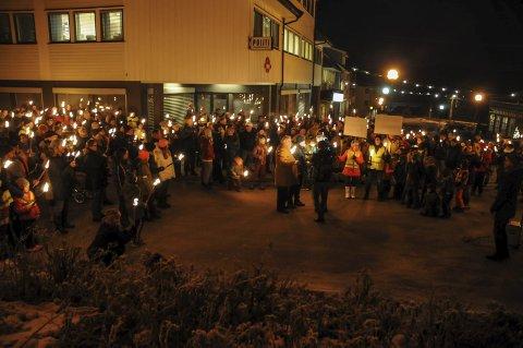 Slo ring: Anslagsvis 500–600 personer slo ring rundt nedleggingstruede Drangedal lensmannskontor.