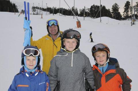 Ventetiden over: Gautefall skisenter har åpnet sesongen, og alle er fornøyde. Daglig leder Bjørn Halvor Roalstad sammen med Joel (t.v.), Noah begge med etternavnet Waag og Leonard Ness Andersen.