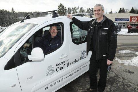 ELBIL: – Nå har jeg kjørt rundt i elbilen noen dager, og den fungerer ypperlig til vår bruk, sier byggmester Olaf Haugland. Geir Arne Wefald hos Linkjendal har med denne handelen solgt elbil nummer 43 og 44.
