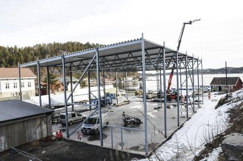 Rives: Båthallen som var under bygging på Sandåsen er for høyt og må rives. Fjerningen av takplatene startet i går. FOTO: ESPEN SOLBERG NILSEN