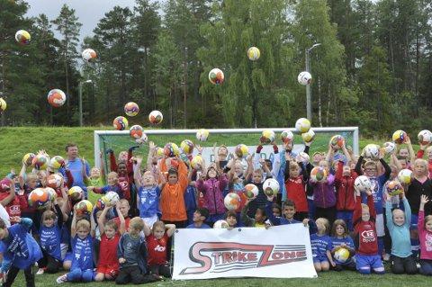 I lufta: Deltakere på Strikezone fotballskole i Drangedal denne helgen.