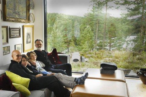 Utsikt: Mischa Vanhoudt, Jerôme (12), Louis (10) og Werner Blaas har fin utsikt fra stuevinduet i Drangedal. Huset har de tegnet og bygget selv.