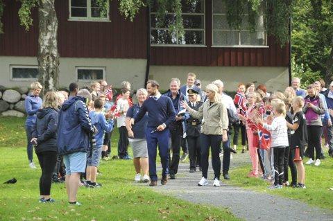 Øitangen: På Øitangen hadde en skoleklasse stilt seg opp for å hilse kronprinsparet.