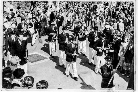 17. mai på 1950-tallet. I forgrunnen ser vi Leif Aas på vei inn mot Jernbanetorget.