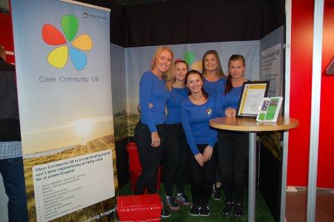 Clean Community UB står bak de røde boksene og består av Hannah With (f.v.), Frida Leren Stensrud, Isola Dautaj, Eira Helmersen Vognild og Katarina With.