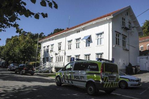 Den firbeinte tok seg inn på politistasjonen, hvor den endte livet sitt i en skuff.