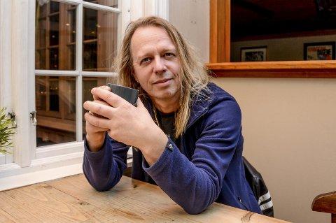 Jan Arild Hammer går et spennende år i møte. Foruten å gi ut en singelplate blir det en vinylplate med «Gribb». Relansering av en CD med «Shotgun Sally» og innspilling av en video med en helt ny sjømannssang han selv har skrevet, «Kongen og rederen». 2: Slik ser omslaget til singelen «Hedensk blod» ut, som Jan Arild Hammer lanserer i kveld. 3: Jan Arild Hammer øver sammen med bandet «Gribb» på Årø skole. 4: «Shotgun Sally» fra 1996. F.v. Karl Oskar Olsen, Jan Isaksen, Per Johannessen, Jan Arild Hammer og Ernst Johannessen.