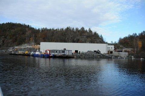 UNDER OPPFØRING: Fossing Storsmolt AS sitt anlegg innerst i Fossingfjorden på grensa mellom Kragerø og Bamble kommuner.