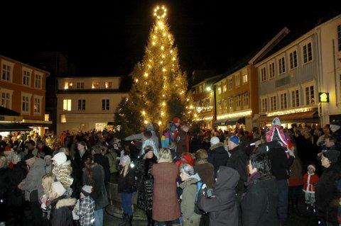 Adventstid: Tenningen av julegranen på Torvet markerer starten på adventstiden. Arkivfoto: Roar Thorsen